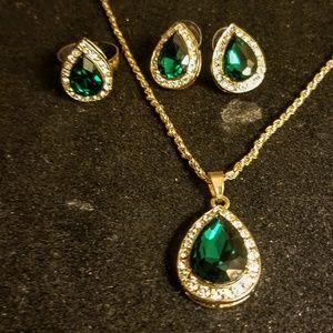Jewelry - Vintage emerald colored jewelry set